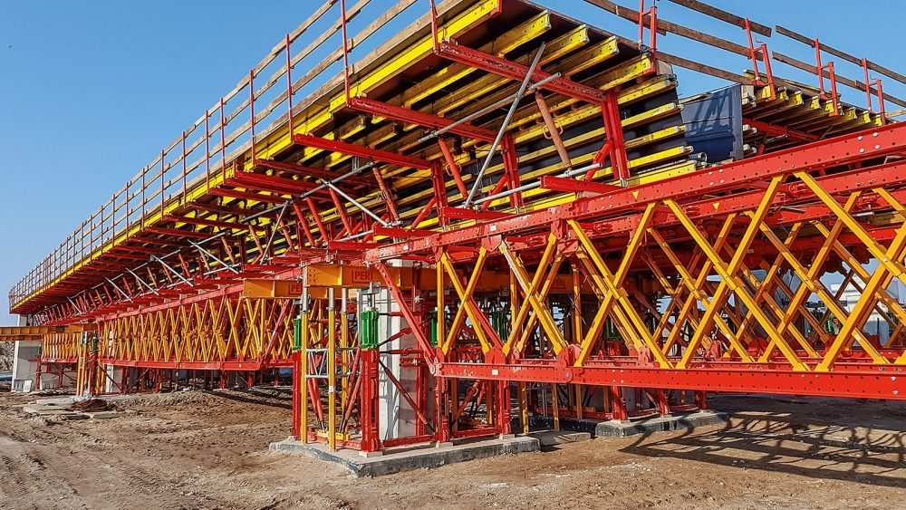 For accelerating the final assembly, PERI also delivered pre-assembled formwork units. The PERI formwork erection process ensured accurate assembly and punctual scheduling.