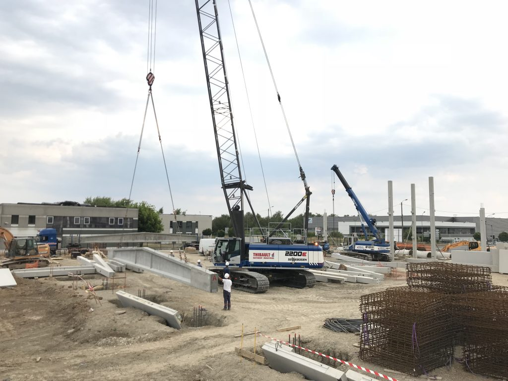The SENNEBOGEN Crawler Crane 2200R and 643R telescopic cranes complement each other on the jobsite
