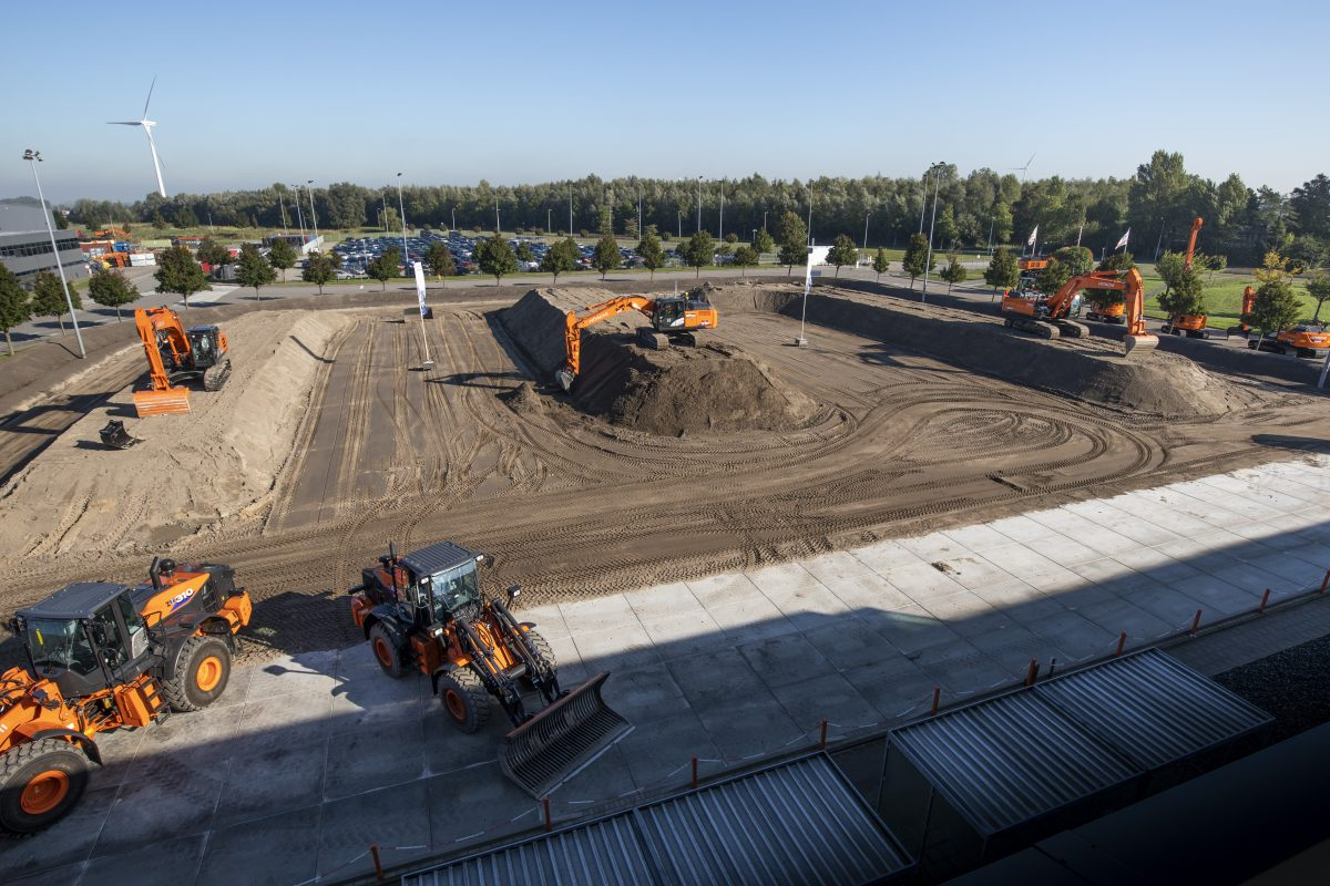 Hitachi Construction Machinery welcomes visitors with state-of-the-art demos