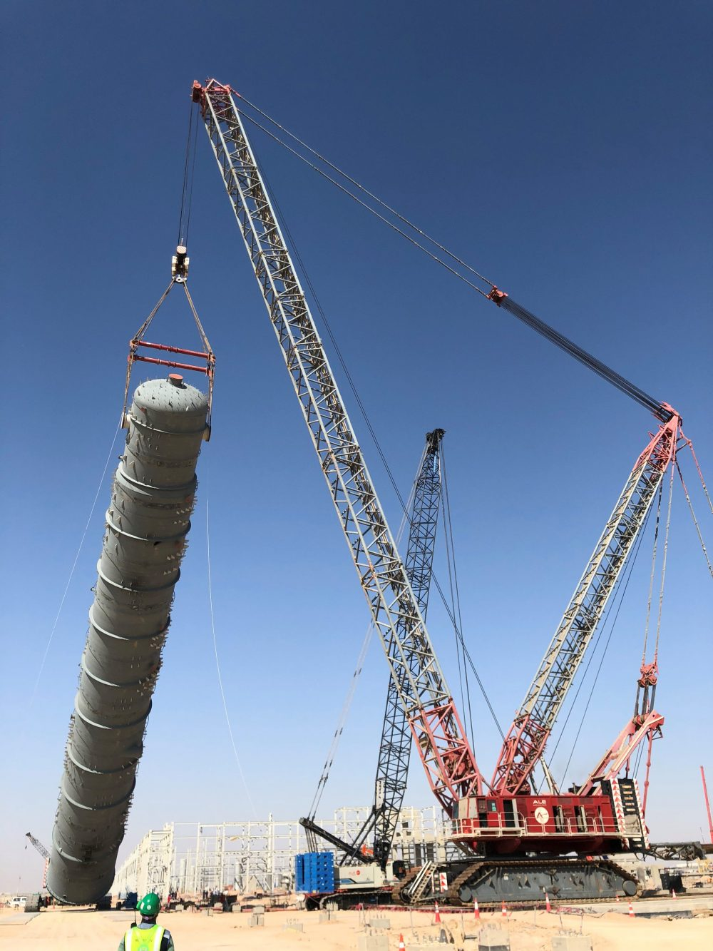 ALE using their CC8800-1 as the main crawler crane to lift one of the refinery components and a CC2800 as tailing crane.