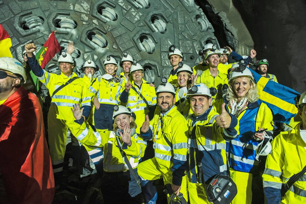 A few minutes after the first breakthrough, after 23 months, Queen Ellisiv also breaks through the tough gneiss. 9 kilometers of tunnelling lie behind the TBMs. Two other tunnel boring machines are currently boring their way through gneiss and hard rock toward Ski.