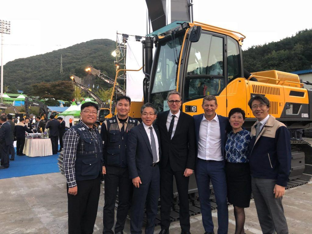 Swedish Ambassador to South Korea Jakob Hallgren (centre) with union members and Volvo CE executives SM Yang, Vice President of Excavator Business Platform, (third left), President Melker Jernberg (third right) and Diana Niu, Senior Vice President of Human Resources.