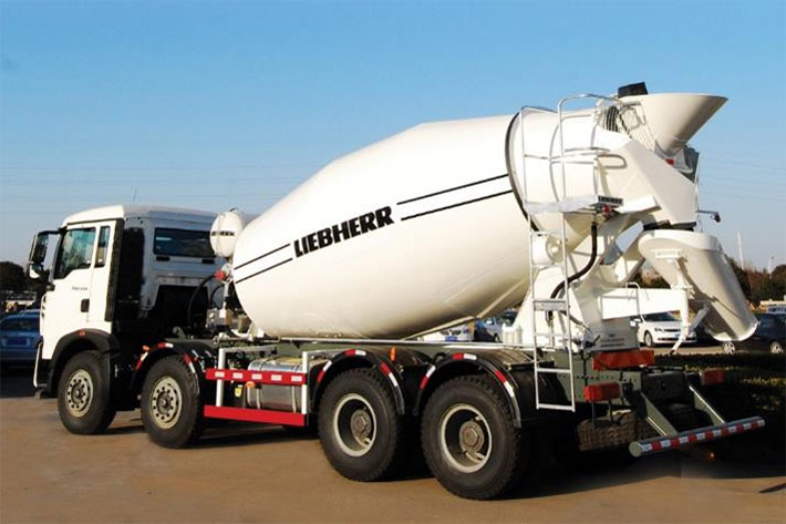 Efficient production: the Liebherr HTM 804 QING truck mixer enables a high feeding and discharging speed and therefore an efficient production.