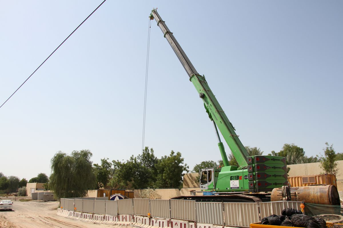 Large 120 ton telescopic crawler crane ideal for small tunnels in Dubai