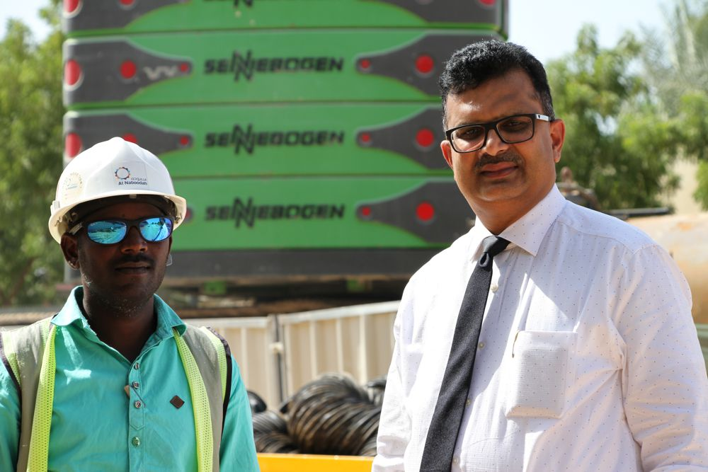 Construction site supervisor Mr. Srinivas Badala from the National Plant company and Mr. Murali Vasudevan from Swaidan Trading, the sales and service partner in charge, who is responsible for advice on and service for the machine.