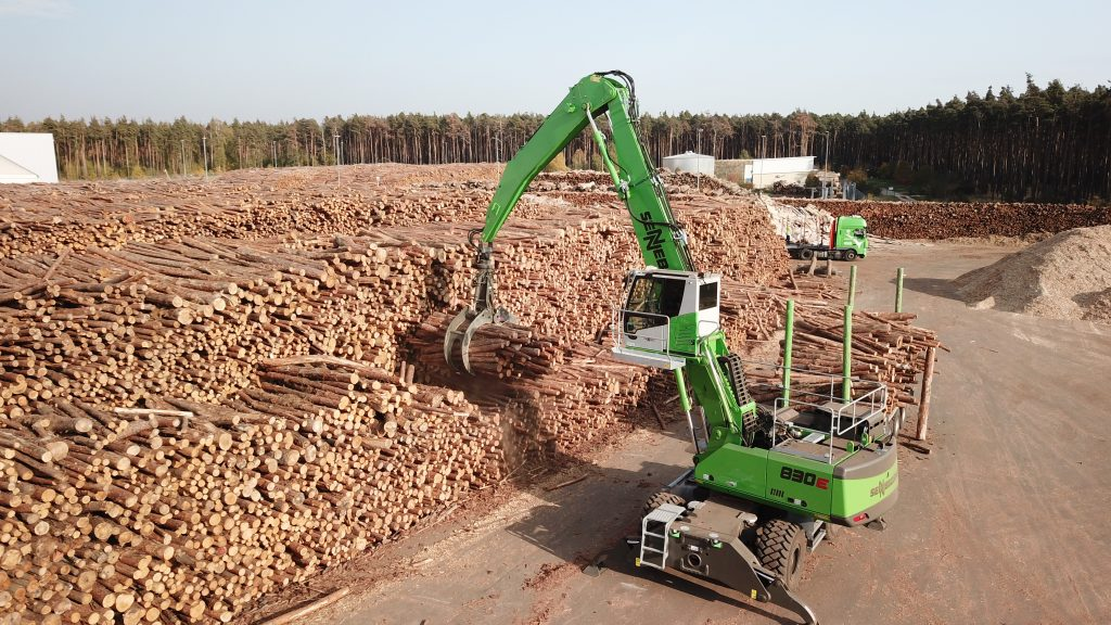 Logs as far as the eye can see. In the thick of the action: the SENNEBOGEN 830 M material handler delivered by SWECON in 2018. It features a trailer and extra-powerful traction thanks to a reinforced all-wheel drive undercarriage.