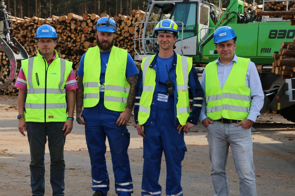 The people who opted for a new logistics concept with a material handler and trailer: (from left) chief wood purchasing manager Olaf Klinkert, machine driver Michael Kliem, fleet manager Sebastian Pätzig and SWECON sales representative Tony Schulze-Günther