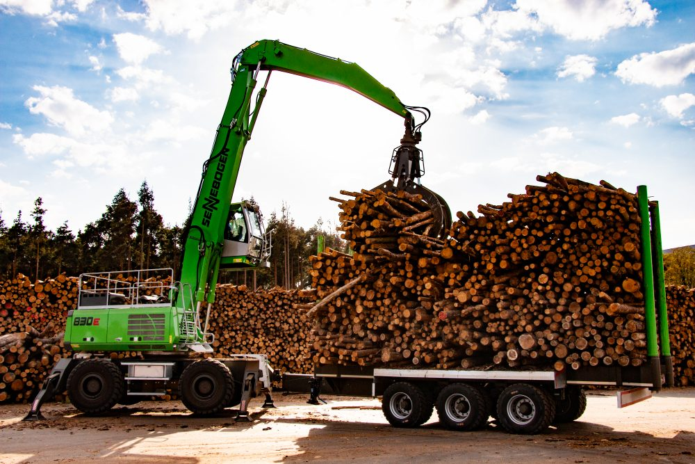 fully loaded, the SENNEBOGEN 830 M transports around 30 tons of log timber on its trailer.