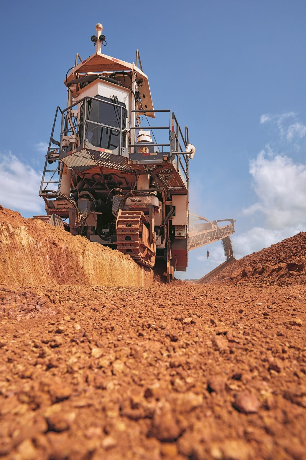 During the mining process, Wirtgen machines produce level surfaces that serve as stable roadways, facilitating rapid transportation of the mined material. During this process, the LEVEL PRO leveling system collects and transmits data on the leveling process and controls the cutting depth from the operator's stand.