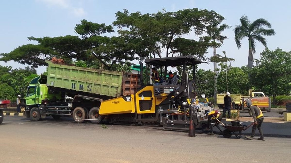Volvo's P6820C was used to widen road access on an industrial estate in North Jakarta.