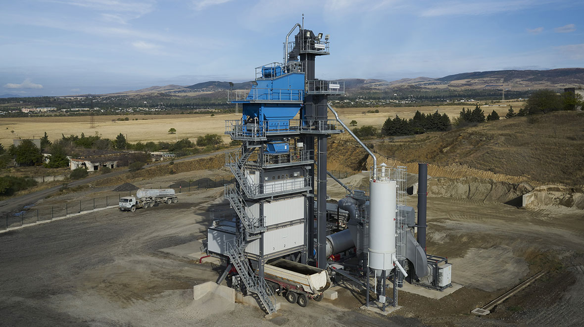 Plant with a 2 t mixer, a mixing capacity of up to 160 t/h and a loading silo of 60 t.