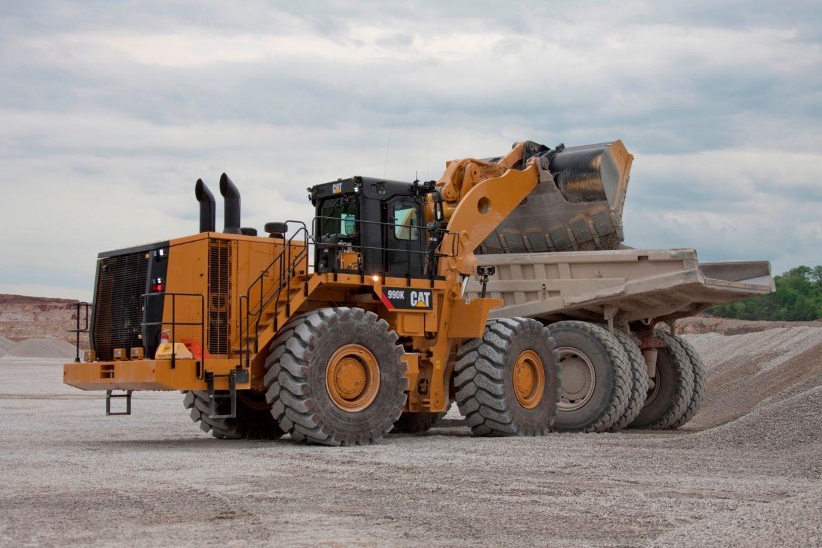 Cat 990K Aggregate Handler loads truck