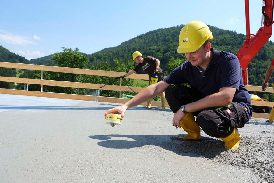 The digital measuring and decision-supporting system Concremote, which measures concrete strength development on site and in real-time, offers numerous new functions with the sensor generation 2.0. Photo: Doka