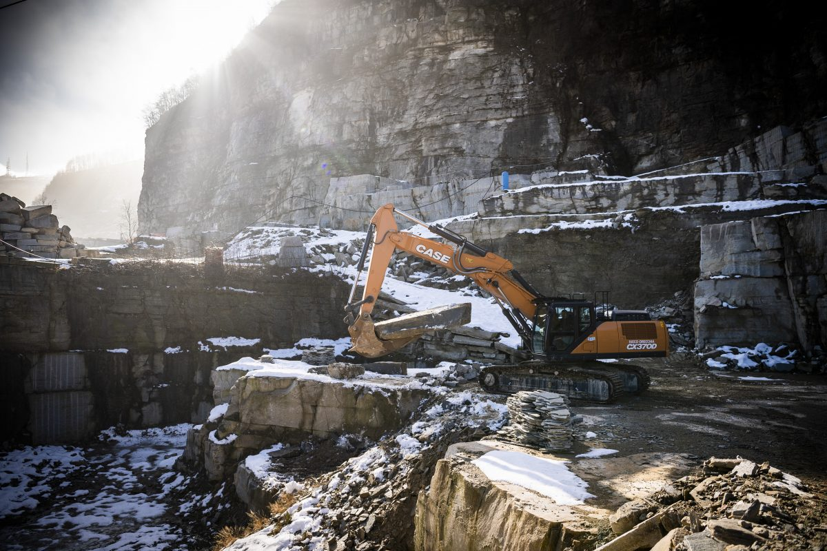 Two-piece boom CASE CX370D faces the task of quarrying Luserna Stone in Northern Italy
