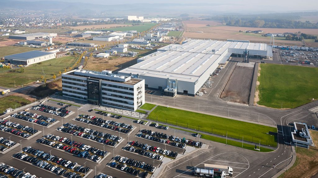 The new BENNINGHOVEN factory – 800 employees, 62 apprentices (as of August 2018), 310,000 m² total site area, 60,000 m² hall area, 12,000 m² administration building spanning five floors.