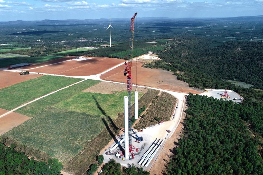 ALE uses the K1650L tower cranes installation wind tower sections.