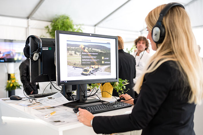Liebherr will present a new product for digital mobile crane operator training in 2019 at its Bauma exhibition stand. It is a joint product from e-learning production company Krassmann Produktion GmbH, lawyer Dr. Rudolf Saller and Liebherr-Werk Ehingen GmbH. The new tool was unveiled for the first time at the customer days in Ehingen in June 2018.