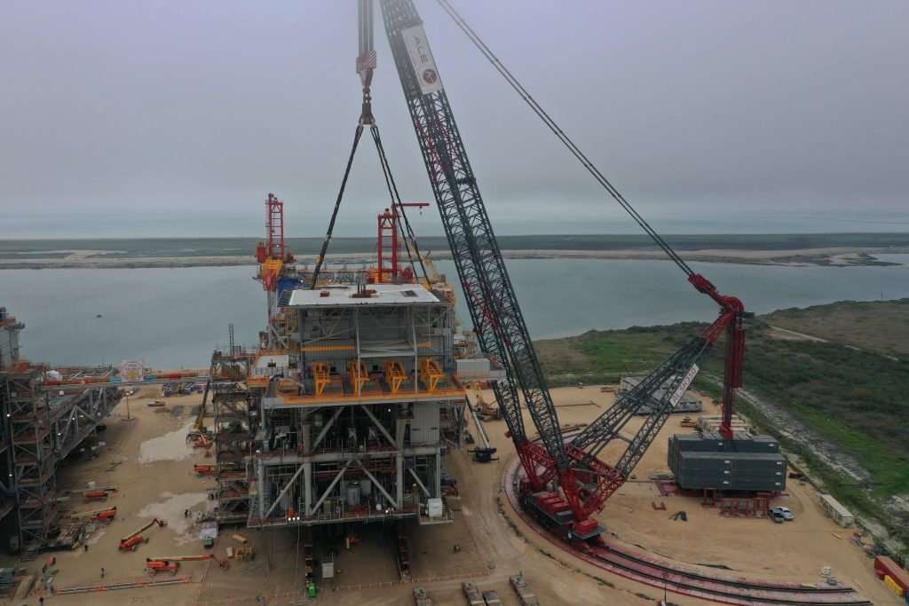 ALE completes 7,000 US-Tonne lifts with the world's largest capacity crane