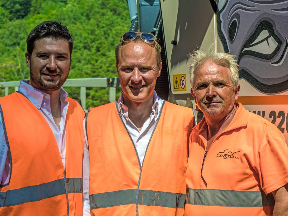 Emanuele Franco (Technical Director), Ernesto Franco (Managing Director) and Pop Vasilev Gonco (Senior Milling Machine Operator) from Italfrese are overjoyed with the first job per-formed by their new W 220 large milling machine.