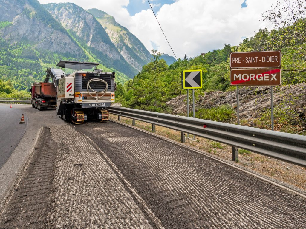Even just in front of Mont Blanc at an altitude of 1,000 m, the W 220 operated at full capacity, effortlessly milling off the roadway at top speed.