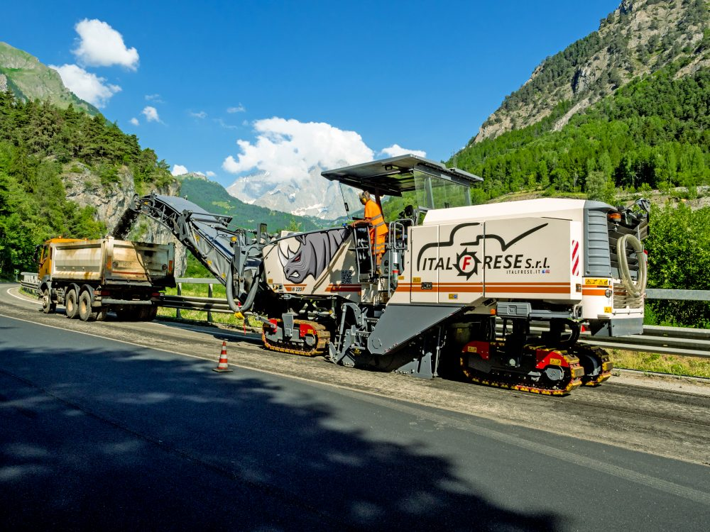 Thanks to the 2.20-m milling width, Wirtgen's W 220 was able to mill off the surface course across the full width of the roadway in just two tracks on most sections of the highway. The result: a 50% time saving.
