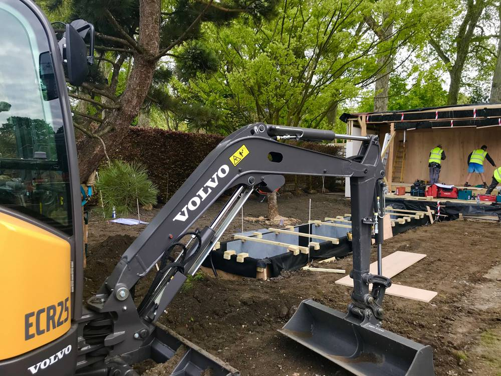 Volvo electric excavator lights up the award-winning garden