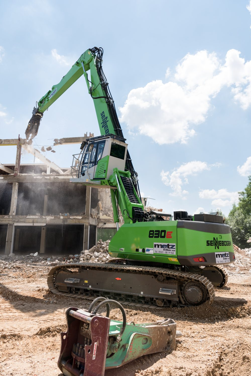Be it demolition grab, bucket or shears, the flexibility of the demolition 830 from SENNEBOGEN's E-series is impressive