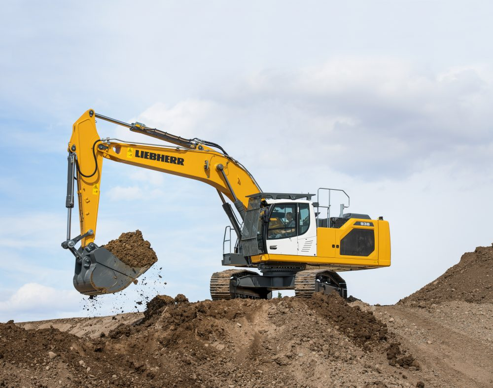 From the totally new generation 8, the machine has an operating weight of 38 tonnes and achieve a power of 220 kW/299 hp. The backhoe bucket capacities vary from 1 m³ to 3 m³.
