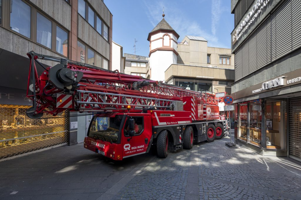 liebherr-towercranes-mk88-office-building-air-conditioning-mainz-transport.jpg Just in time for the opening of the shops, the extremely manoeuvrable mobile construction crane reverses out of the pedestrian zone of Mainz.