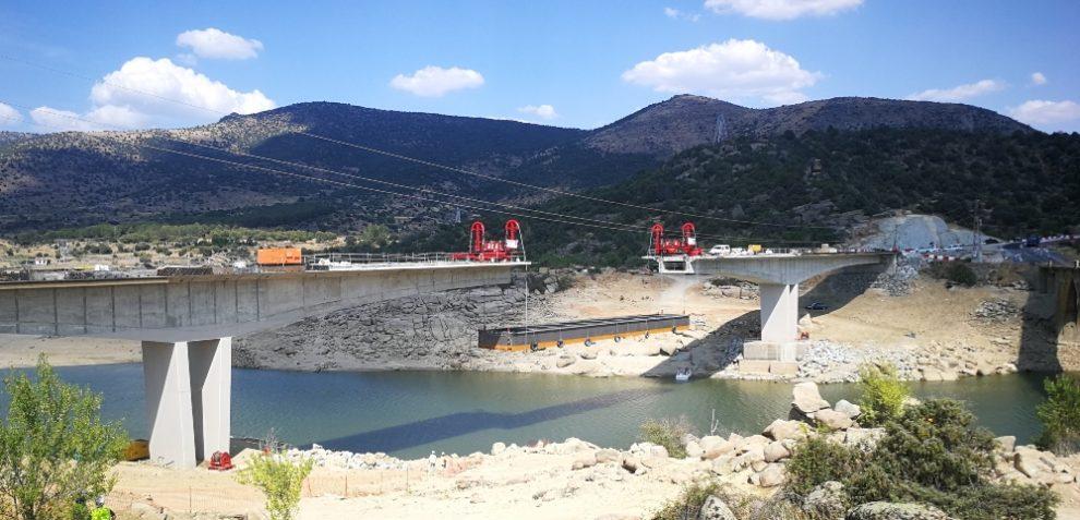 New bridge installation improves infrastructure over Burguillo reservoir near Toledo