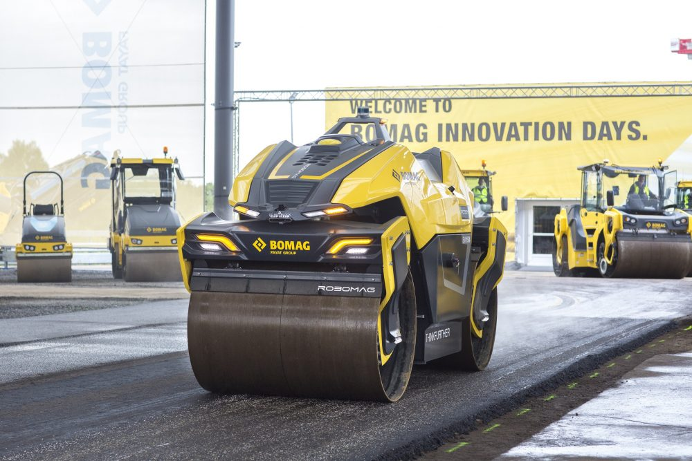 The fully autonomous Robomag tandem roller was developed by Bomag as a technology study together with the Technical University of Kaiserslautern. It employs technologies such as GPS, Lidar, and state-of-the-art position sensors. The tandem roller can be deployed completely independently in a defined working area. For loading or manual operation, the Robomag tandem roller can be operated simply by remote control.