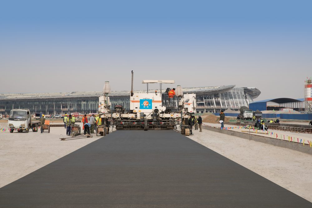 A fleet of Wirtgen slipform pavers is working on Beijing New International Airport in Daxing for the construction of the enormous apron area, with a parking capacity of 268 aircraft.