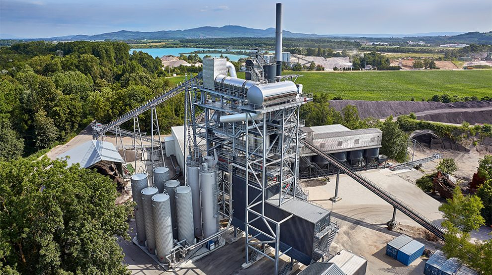 Asphalt mixing plants like the stationary BA RPP 4000 produce up to 320 tons of asphalt per hour. When recycled using the counterflow method with a hot gas generator and a recycling rate of 90 + X%, the new mix can consist of around 300 tons of RAP, depending on the recipe.