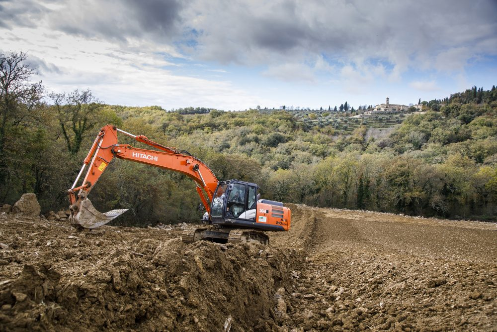 Agrichianti moves the earth in Tuscany with Hitachi construction fleet