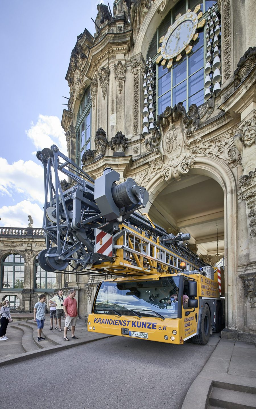 Only a few centimetres separate the Liebherr MK 88 Plus from the building on arrival.
