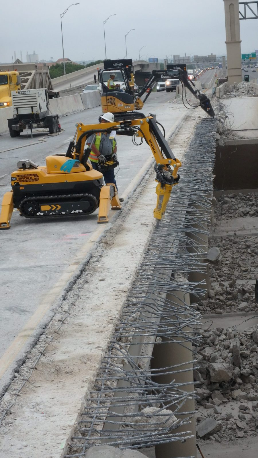 The Brokk 120D allowed JR RAMON to complete the inner section twice as fast as on the outer section while leaving the rebar undamaged. The new equipment also reduced the contractor's labor costs by 90% on the inner section.