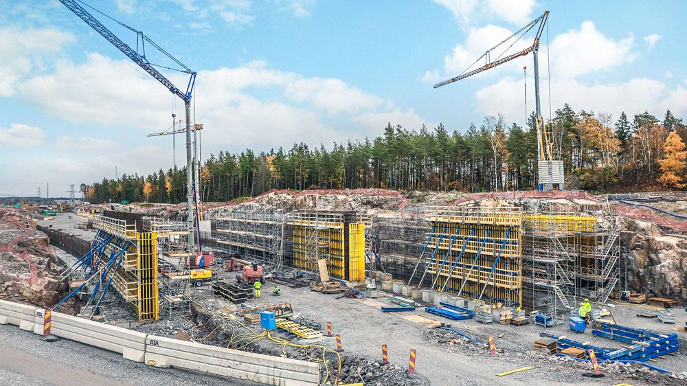 Two concrete tunnels, four bridges, supporting walls, and fire and sound insulation are being planned and built in Häggvik. Copyright: Doka