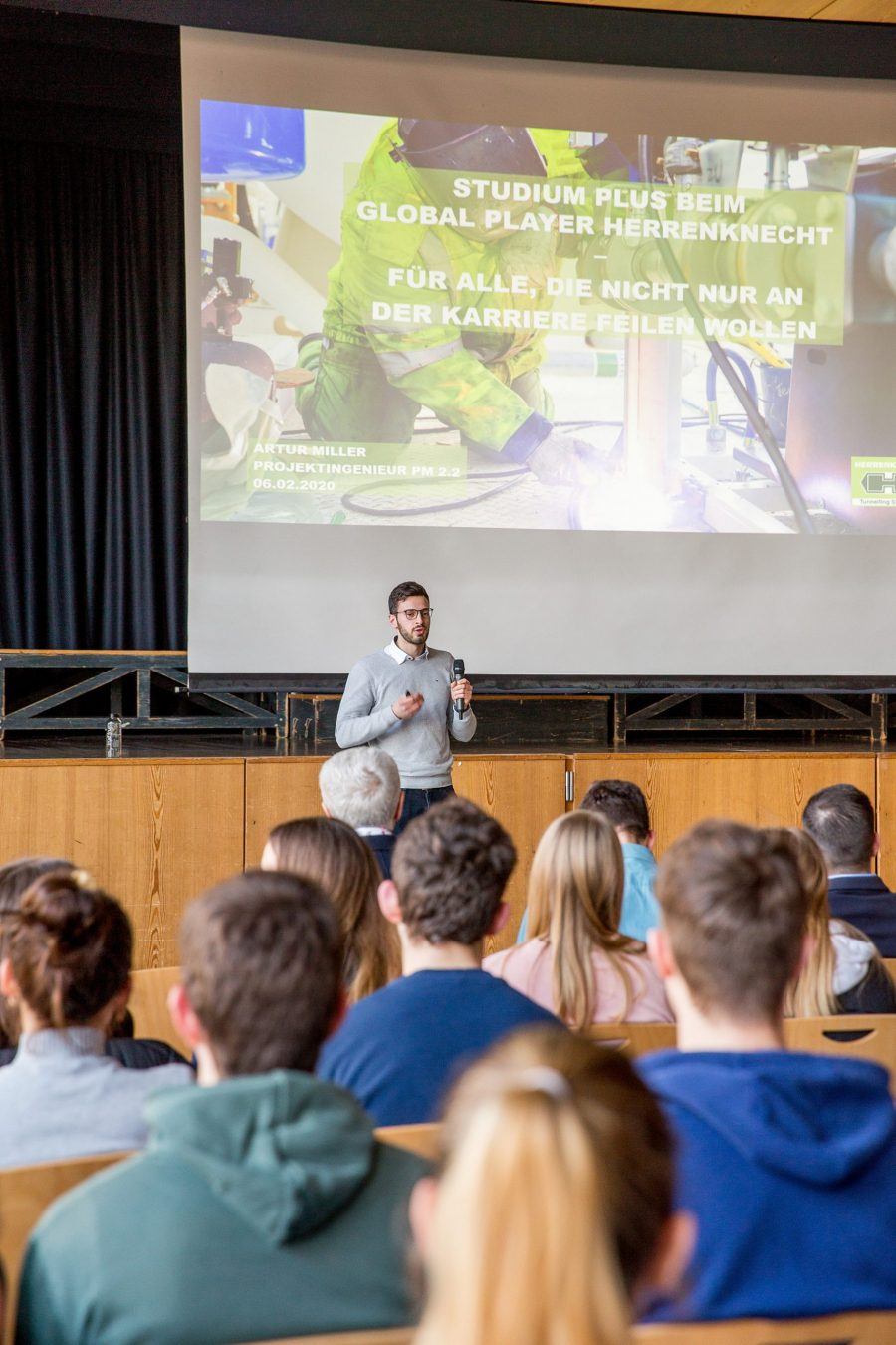Artur Miller, project engineer at Herrenknecht AG, gave the pupils practical tips for their path to becoming an engineer.