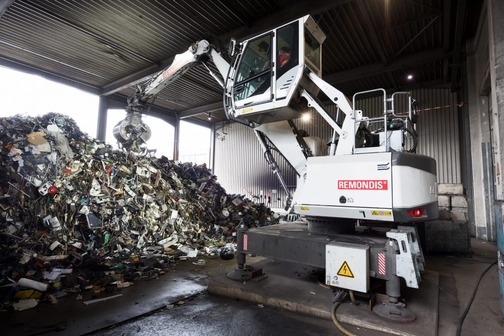 Remondis recycling site goes CO2 neutral electric SENNEBOGEN 817E materials handler