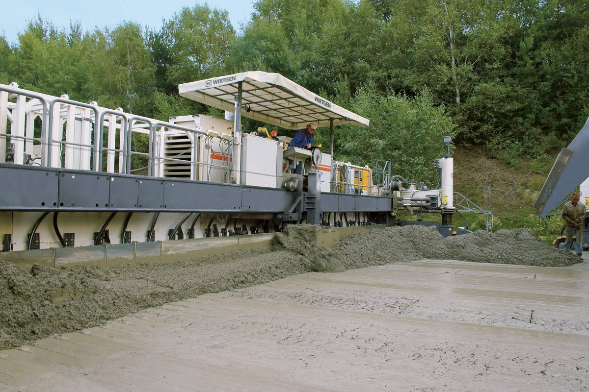 Two-layer concrete highway and runway paving with a Wirtgen SP154i Slipform Paver