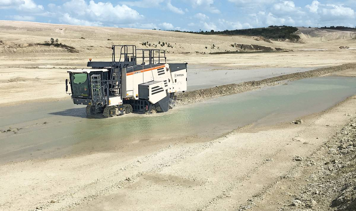 Chalk quarry in France puts Wirtgen 220 SMi 3.8 Surface Miner to the test
