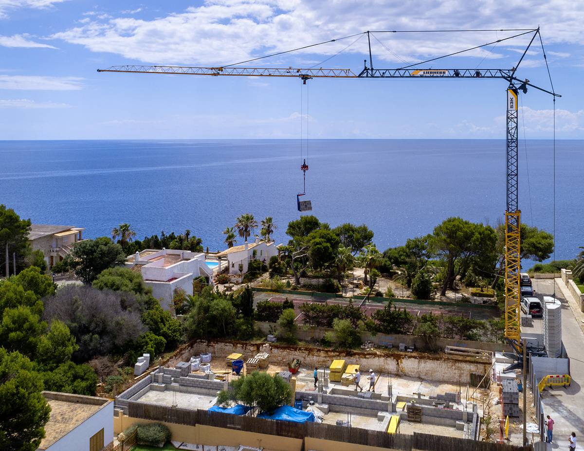 Liebherr 53 K fast-erecting crane getting Mallorca set for 2021 holiday season