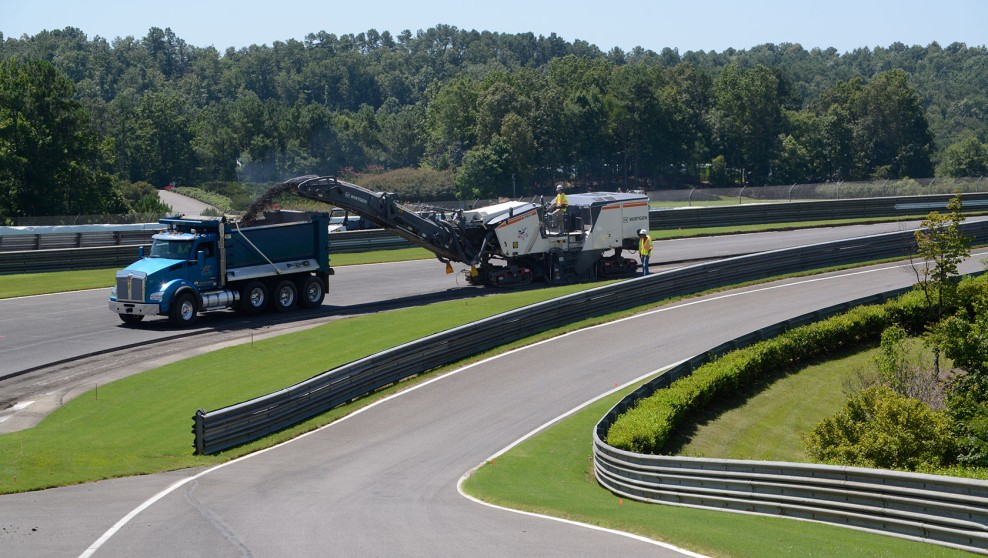In an impressive debut project in North America, large milling machines from Wirtgen's new F series are rehabilitating the racetrack at the Barber Motorsports Park in Birmingham, Alabama.