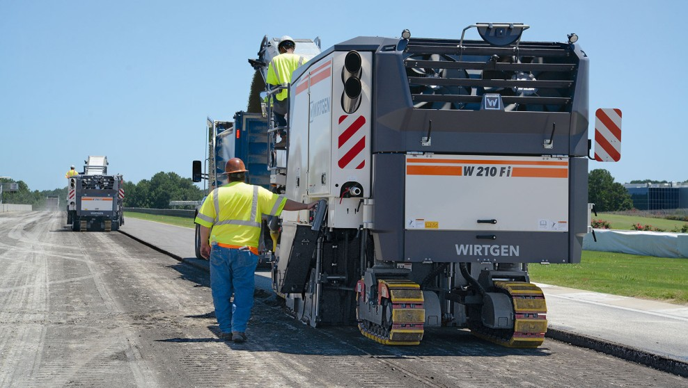 The two W 210 Fi cold milling machines precisely remove the asphalt and deposit it off to the side.