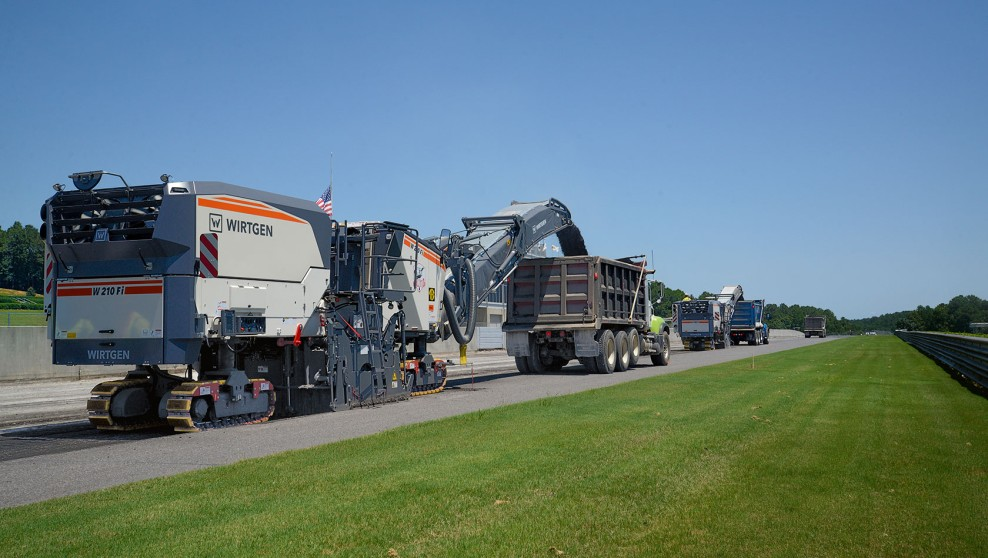 The W 210 Fi efficiently puts its 766 PS to the pavement, completing the milling job quickly and cost-effectively.