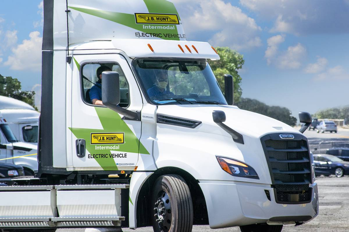 JB Hunt makes first delivery using the all-electric Daimler Freightliner eCASCADIA