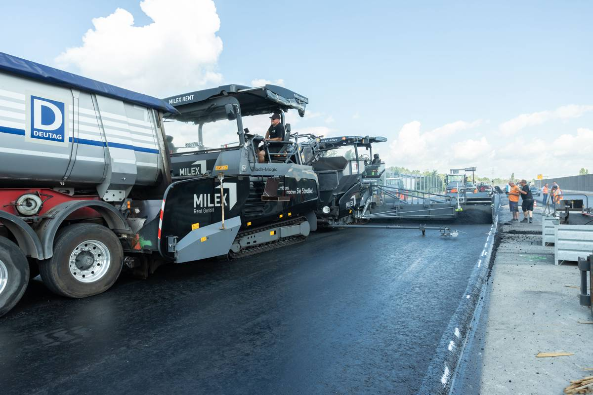 Perfectly organized highway construction: in addition to VÖGELE machine technology, job site logistics to guarantee continuous paving were another key factor in the success of this project.