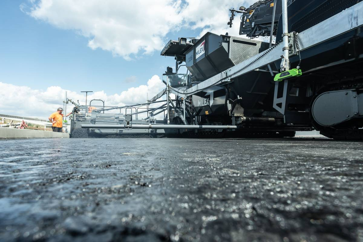 Quality without compromise for the major B75 road in Hamburg: the SB 300 Fixed-Width Screed from VÖGELE delivers absolutely premium-quality, perfectly even results and is the hallmark technology of this world market leader.