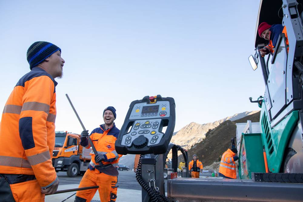 Good technology for a good mood: it was clear that the paving team thoroughly enjoyed working at an altitude of 2,100 m.