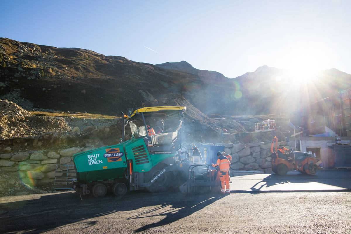 SUPER 1803-3i from VÖGELE: The wheeled paver masters tight bends and steep slopes - and can drive to the job site under its own power. No wonder it is extremely popular in the Alpine region, in particular.